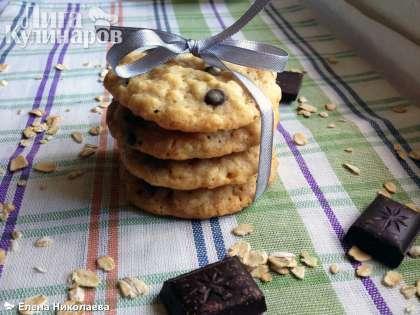 Нежнейшее овсяное печенье с шоколадом прекрасно сочетается с молоком, чаем или утренним кофе.