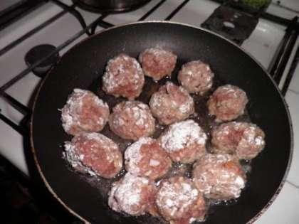 Сформировать шарики из фарша и обжарить на сковороде