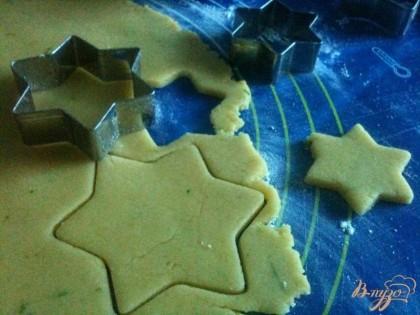 Тесто раскатать тонко, вырезать печенье в виде звездочек.