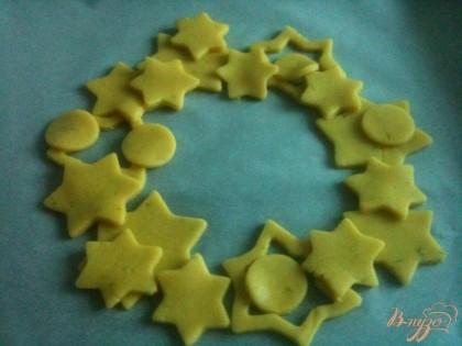 Веночек из печенья выложить на листе пергамента на противне.