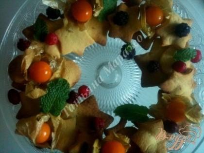 Печенье аккуратно переложить на тарелку и украсить ягодами, физалисом и мятой.