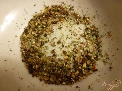 Душистый перец,гвоздику,кориандр перетираем с солью в крупную крошку.