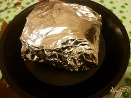 Берем фольгу,место куда положим мясо смазываем горчицей,кладем мясо,заворачиваем конвертом и отправляем в разогретую до 200 гр.духовку на 20 минут.