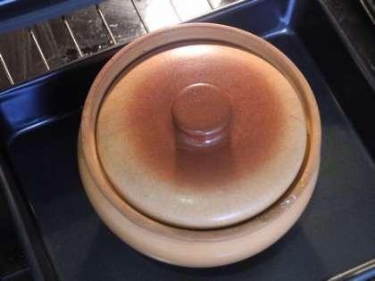 Закрыть горшочек крышкой и поставить в духовку