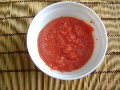 Готовим соус для нашей запеканки. Помидоры перемелем в блендере в кашицу. В оригинале использовались помидоры в собственном соку, но так как у меня их не оказалось, я воспользовалась обычными помидорами.