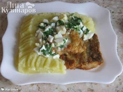 Приготовить картофельное пюре. Выложить  пюре и    жареную рыбу, полив соусом по-польски.  Приятного аппетита!