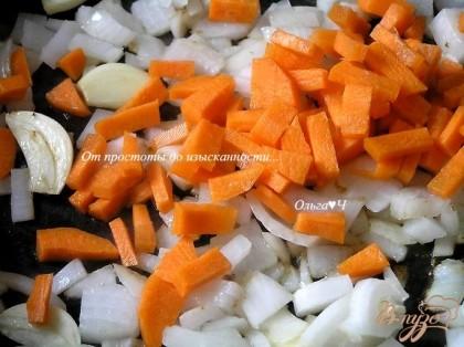 На том же масле обжарить нарезанный лук, половинки чеснока и морковь.
