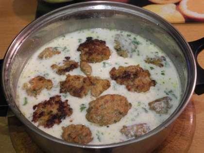 Опустить фрикадельки в соус