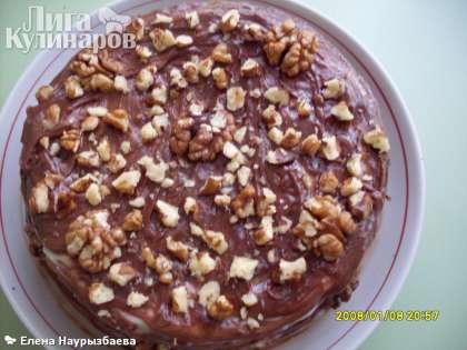 Посыпать торт грецкими орехами сверху