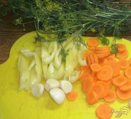 Итак, для начала стерилизуем банки и подготавливаем овощи. Морковь чистим и режем кружочками. Перец чистим от семян и нарезаем произвольно. Чеснок чистим.