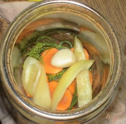 Выкладываем на дно банок морковь, укроп, болгарский перец и чеснок.