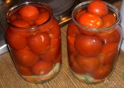 Далее плотно выкладываем помидоры и заливаем банки кипятком. Даем им так постоять примерно 5 мин.