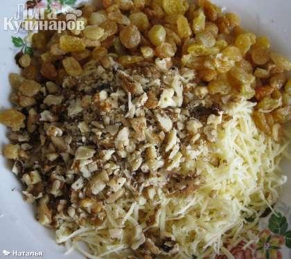 Заранее распарить изюм и добавить в орехо-сырное содержимое.