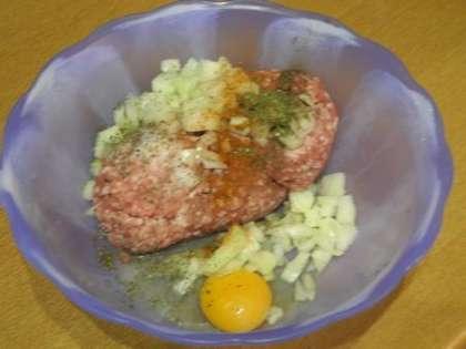 Смешать фарш, яйцо и лук, добавить зелень и перец