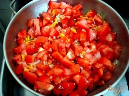К луку и моркови добавляем мелко нарезанные помидоры и продолжаем пассировать вместе.