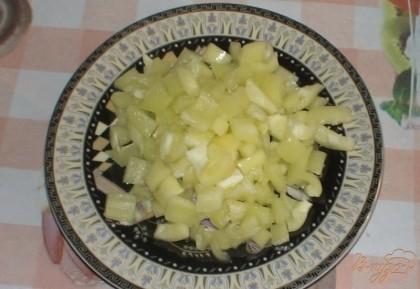 Ставим кастрюлю с водой на огонь, когда вода закипит, добавляем в нее бульонный кубик. Тем временем подготавливаем овощи. Болгарский перец очищаем от семян и режем небольшими кубиками.