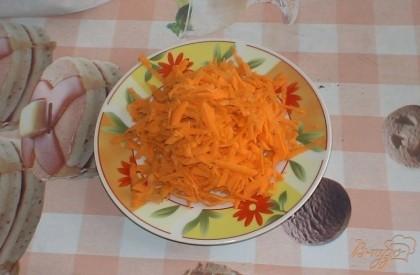 Морковь также чистим и трем на крупной терке.