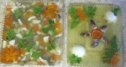 Я брала 2 формы, одну для верхнего украшения, а во вторую сложила всю массу для заливного: сердечки, нарезанную морковь, белки вареных яиц, зелень петрушки, и залила желе.