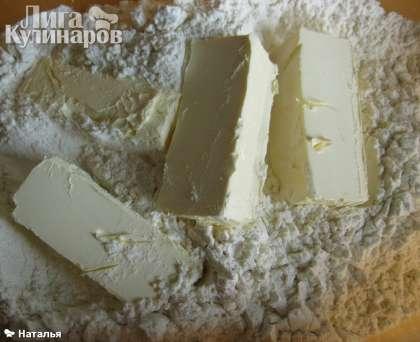 Приготовим песочное тесто. Желтки отдели от белков. Ножом изрубить масло с мукой.