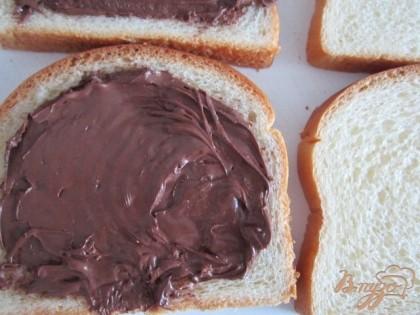 Шоколадную пасту намазать на кусочек булочки, накрыть вторым кусочком.