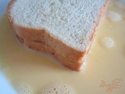 Обмакнуть в яично-молочную смесь кусочки булочки с обеих сторон.