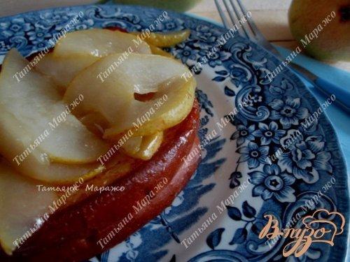 Готово! По тарелочка разложить обжаренные кусочки булочки и украсить карамелизированной грушей.По желанию (подойдет для десерта) можно добавить шарик ванильного мороженого.