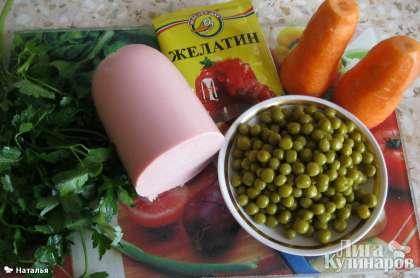 Для заливного возьмем колбасу, зеленый горошек, морковь вареную, зелень петрушки, желатин.