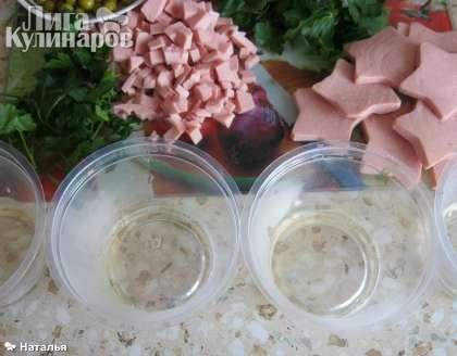 Желатин залить холодной кипяченой  водой и довести до кипения при постоянном помешивании до полного растворения желатиновых гранул.