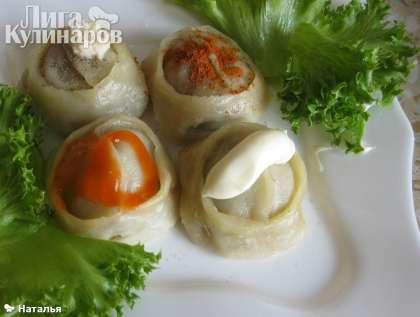 Подаем манты с любым соусом, специями, полив маслом, но обязательно с  зеленью, либо с овощным салатом.  Приятного аппетита!