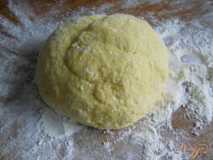 Замешиваем тесто, чтобы оно было мягкое, нежное, но не липло к рукам (муки может понадобиться больше или меньше - это зависит от качества творога и муки).
