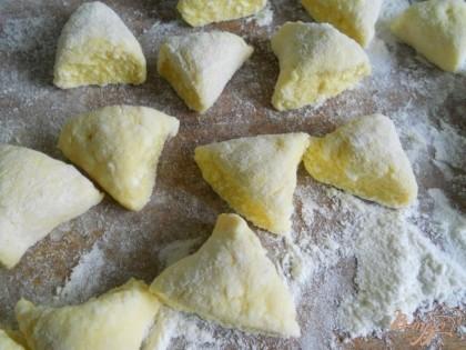 Делим тесто на части, каждую - раскатываем колбаской. Режем на кусочки (я режу обычно треугольничками, можете порезать, как удобно). Посыпаем вареники немного мукой, чтобы не слиплись.