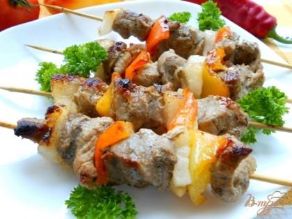 Подавать шашлык в горячем виде с зеленью и соусом.Приятного аппетита!