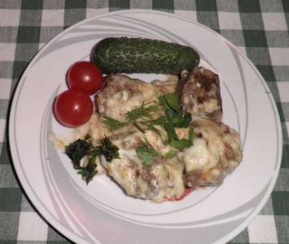 Готовую печенку выложить на тарелку с соусом, можно подать с картофелем, гречневой кашей и свежими овощами. Сверху посыпать свежей зеленью