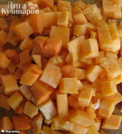 Нарезать кубиками морковь.