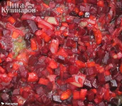 Пока варятся овощи. На сковороду наливаю растительное масло, беру овощи, которые отложила для  тушения, пассерую лук, добавляю морковь, затем свеклу.