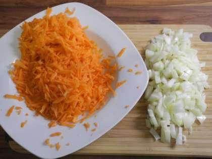 Морковь почистить и натереть на терке. Лук почистить и мелко порезать