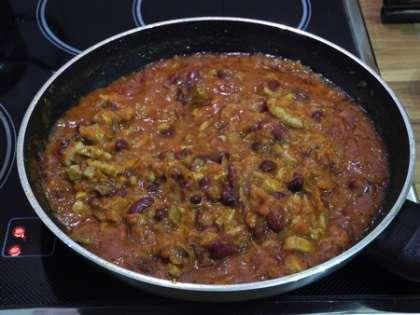 Тушить томатно-мясную подливку на слабом огне, помешивая, пока варятся макароны