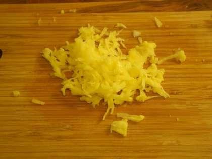 Натереть 1 картофелину на мелкой терке, добавить к капусте и перемешать