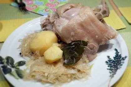 Подавать на большой тарелке, с капустой и картофелем