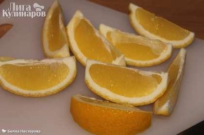 Лимон помыть, разрезать на части, обязательно удалить косточки.