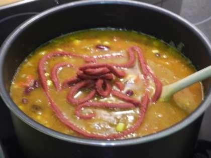 Добавить в кастрюлю томатную пасту, красный перец и соль