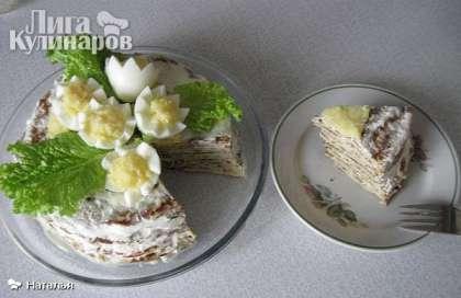 Вот этот пирог из кабачков с добавлением яиц, выпекается без осложнений, и когда закончится пост можно  приготовить и отведать его.    Берем очищенный кабачок, трем на мелкой терке. Добавляем 2-3 яйца, солим, немного молока, муки, чуть соды. Тесто по густоте как на блины.   Добавляем немного масла растительного и выпекаем блины на хорошо разогретой сковороде с двух сторон.   Укладываем, и каждый блин смазываем сметаной с чесноком. Дать немного настояться и подавать к столу. Вкусен и в холодном и горячем виде. Приятного аппетита!