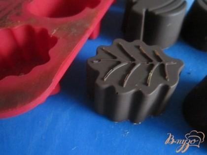Застывшие конфеты аккуратно вынуть из формочек.