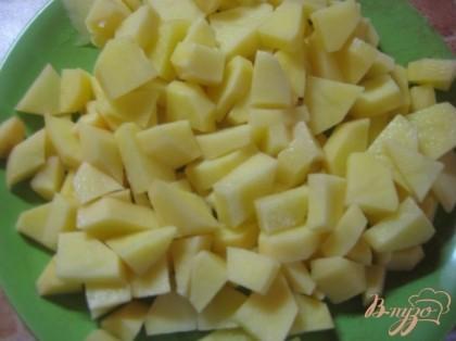 Бульон довести до кипения, картофель очистить, вымыть и нарезать кубиками, положить в бульон, варить до готовности. Посолить. Затем добавить к картофелю лук с морковью и свеклу. Дать закипеть.