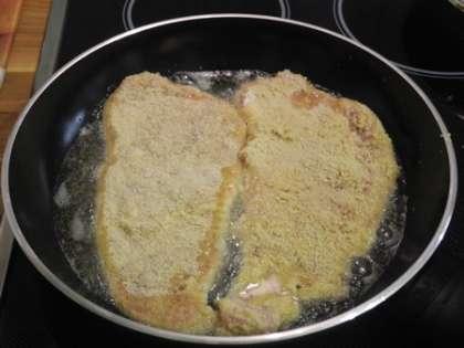 Нагреть сковороду и налить на нее масло.Выложить аккуратно шницели
