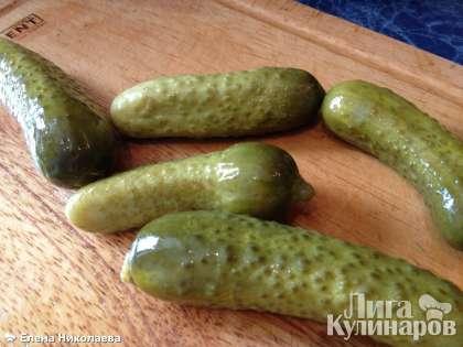 Маринованные огурцы (можно взять соленые, но с маринованными мне нравится больше) обсушить