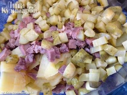 Нарезанные овощи и язык складываем в салатницу