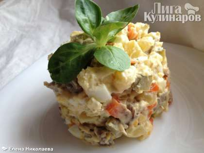 Перемешиваем, пробуем, досаливаем по вкусу (если необходимо).   Русский салат с языком готов. Приятного аппетита!