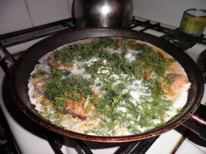 Тушить семгу на сковороде примерно 20 мин.