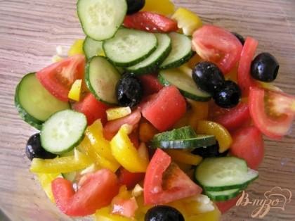 Добавить маслины, лимонный сок, растительное масло, соль, перец, перемешать.